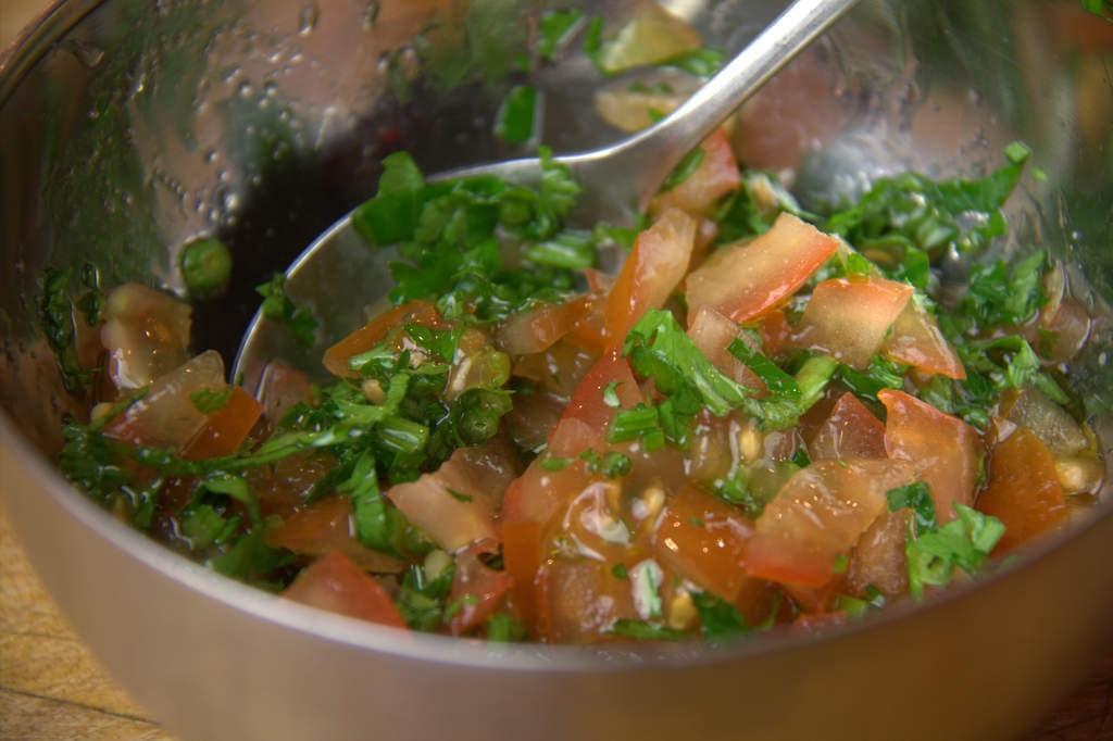 afbeelding 06-pincho-sprot-salsa-roeren-jpg