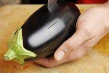 Maak sneden in de aubergine