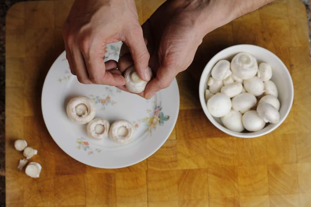 afbeelding 18-champignonnes-breek-de-steeltjes-uit-de-champignons-jpg