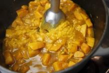 Pureer de pompoenblokjes tot een gladde soep met een staafmixer
