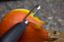 Schil de pompoen met een dunschiller
