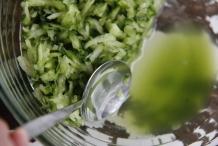 Giet het vocht van de komkommer af