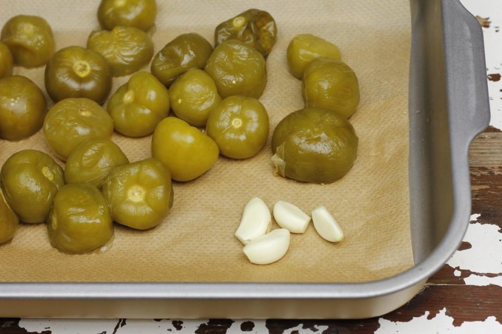 image 02-rode-mole-poblano-leg-tomatillos-knoflook-in-ovenschaal-jpg