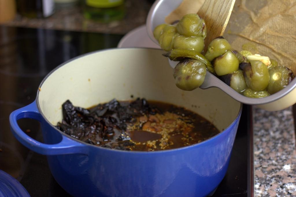 afbeelding 21-rode-mole-poblano-voeg-tomatillos-knoflook-toe-jpg