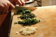 De knoflook en kruiden fijnhakken