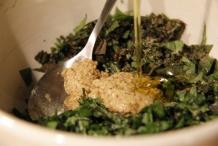 Voeg mosterd en olijfolie toe