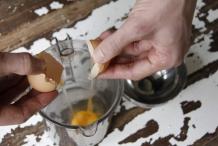 Breek het ei in de maatbeker