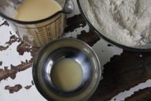 Houd twee eetlepels melk-ei achter