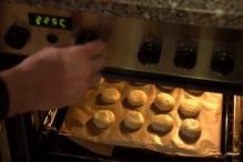 Schuif de scones in de oven