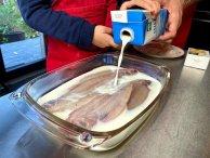 Overgiet de sliptong met melk