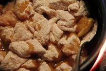 Bak de kip in de knoflook olie rondom bruin