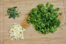 Snijd peterselie, knoflook en laurier klein