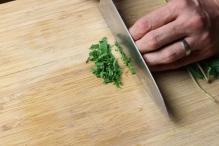 Druk met je vingers tegen de snijplank