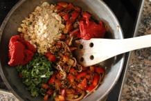 Tomatenpuree en mosterdzaad toevoegen