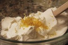 Voeg de citroenrasp toe