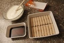 Leg koekjes tot de eerste laag gevuld is