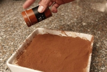 Strooi een beetje kaneel over de cacao