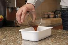 Schenk de koffie in een laag bakje