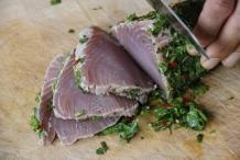 Snij de tonijn in dunne plakken