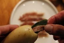 Vul de aardappel met een ansjovis en een salieblaadje