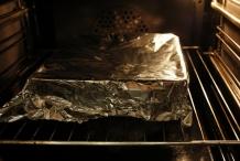 Zet de schaal in de oven