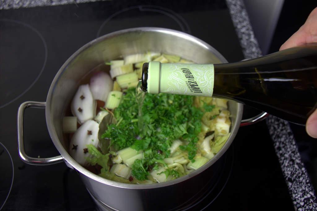 afbeelding 09-vitello-tonato-voeg-wijn-toe-jpg
