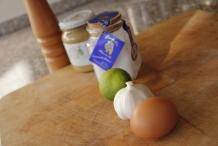 Ingrediënten: Knoflook, zonnebloemolie, ei, peper, zout, limoen of citroensap, mosterd