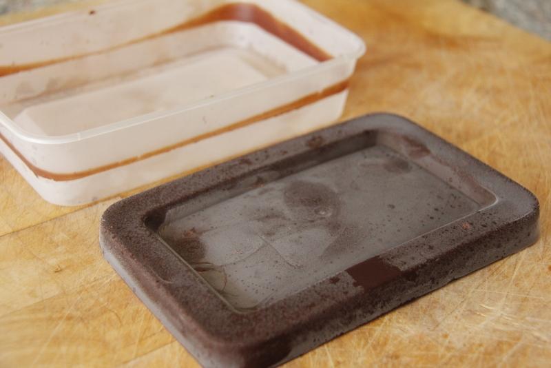 image 9-2-haal-de-chocoladeplak-uit-het-bakje-jpg
