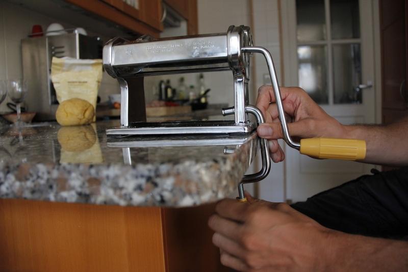 image 20_bevestig-de-pastamachine-aan-tafel-of-aanrecht-jpg
