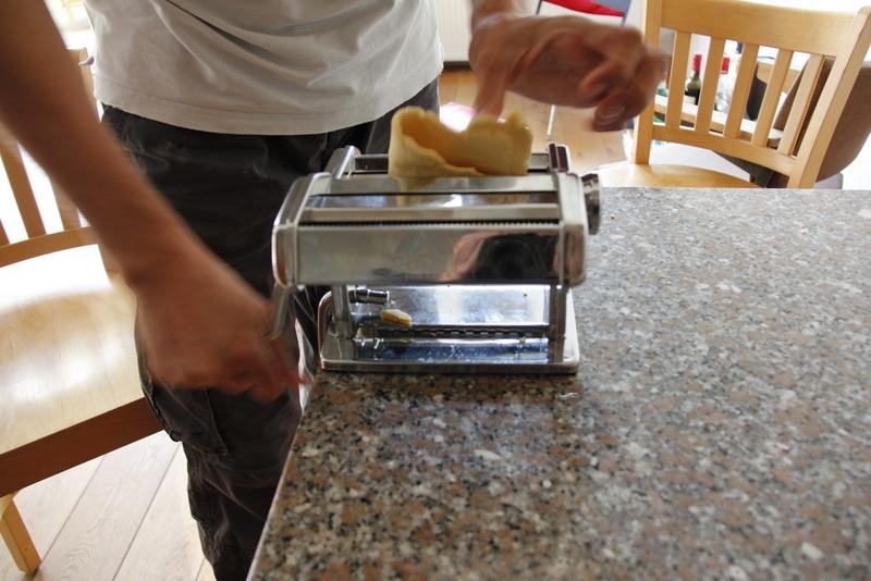 image 22_maak-een-klein-balletje-plat-en-haal-deze-door-de-brede-stand-van-de-pastamachine-jpg