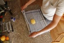 Wikkel de bal in een theedoek
