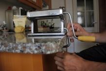 Bevestig de pastamachine aan het aanrecht