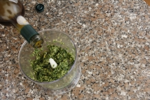 Voeg zoveel olijfolie toe tot er een saus ontstaat